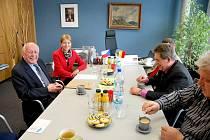 Diskuze o přípravách návštěvy belgických veteránů. Micheil Gilain vlevo.