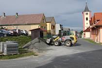 AUTOBUSOVÁ ZASTÁVKA. V době, kdy se dělala silnice do Hůrky, byl v jejím sousedství uložen stavební materiál.