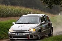 Přemysl Budín za volantem Renaultu Clio.