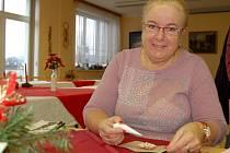JITKA HEŘMANOVÁ nazdobí před letošními Vánoci stovky perníčk. Peče i složitější domečky nebo betlém.