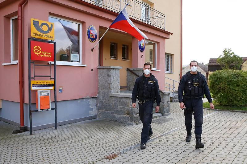 Hlídka policie kontroluje volební místnost v Mrákově na Domažlicku. Policie průběžně dohlíží na bezproblémový průběh voleb.