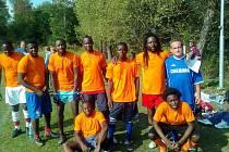 KRAMOLÍNSKÝ PETR BURŠÍK, který při futsalovém turnaji v Košťanech posílil RSC Domažlice, na fotce se soupeři z Angoly.