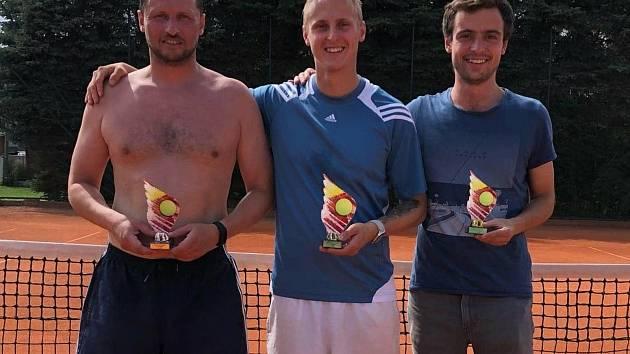 Letošní tenisový Šumava Cup vyhrál Ladislav Hruška (uprostřed), druhý skončil Steinbach (vlevo), třetí Votava.