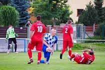 Fotbalisté Holýšova (na archivním snímku hráči v červených dresech) otočili utkání ve Staňkově, kde sice prohrávali 0:2, ale nakonec slaví všechny tři body.