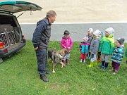 Policisté se psy navštívili předškoláky ze Lštění.