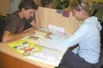 Studentky pomáhají dětem pěstounů. Ilustrační foto