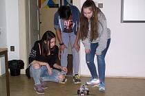 Soutěže smalým pojízdným robotem zaujaly i dívky.