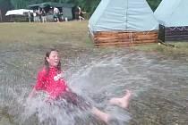 EVA GOŽĎÁLOVÁ byla jedním ze skautů, kteří si užívali radovánky při průtrži mračen na letním táboře.