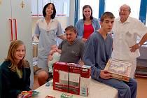 Z dárků pražské firmy  mají radost malí pacienti i personál dětského oddělení Domažlické nemocnice.