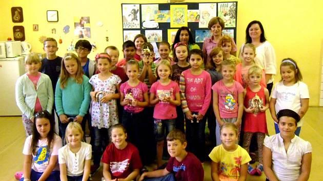 Účastníci soutěže s dárky.