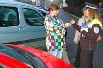 Strážníci řidiče informují o změně parkovacího systému v ulici E. Krásnohorské. Zároveň jim věnují i parkovací hodiny.