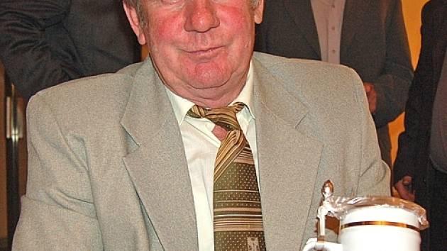 BEZ PRÁCE NEJSOU KOLÁČE. Josef Peteřík je členem výboru oddílu a vedoucím mužstva a zároveň jedním z odměněných.