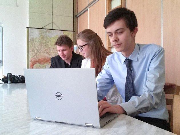 Ondra Kočka při praktické části maturitní zkoušky.