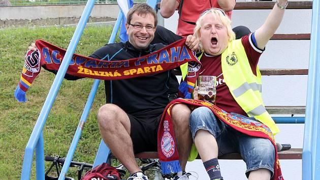 Fotbalisté Jiskry Domažlice se utkali se Spartou B, rezervou mistrů Gambrinus ligy. Mnozí z diváků řešili dilema.
