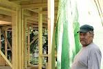 Dřevěný ekologický a nízkoenergetický dům právě vyrůstá ve Vidicích. Mladé dvojici fandí otec dívky.