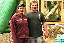 Dřevěný ekologický a nízkoenergetický dům právě vyrůstá ve Vidicích. pro své bydlení si ho pořizují Nikol Kolesíková a Karel Nauš.