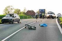 Na střet s autem, jemuž nedal přednost, doplatil 13. května v podvečer  životem kousek za Domažlicemi 76letý cyklista. Nebezpečí  číhá na cyklisty na silnici každou vteřinu.