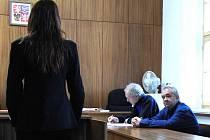 Obžalovaný Zdeněk Hořický (zcela vpravo) popírá, že by střelnou zbraní, již legálně drží, vyhrožoval.