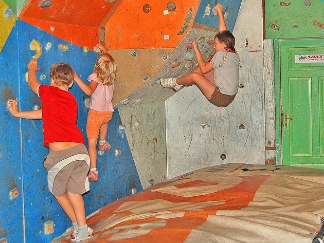 NEBYL NIKDO, KDO BY SE STĚNY BÁL. Lezení se nebály ani ty nejmenší děti, které se tábora zúčastnily (viz holčička v oranžových kraťasech).