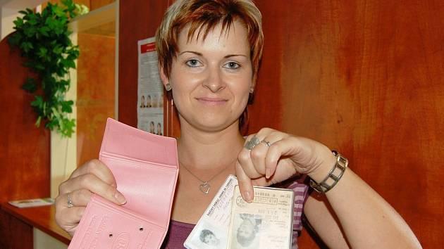 V příštím roce již nebudou platné tyto typy řidičských průkazů, které ukazuje pracovnice odboru dopravy MěÚ v Domažlicích Gabriela Ženatá.
