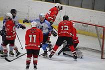 Hokejisté Domažlic právě vstřelili jeden z dvaadvaceti gólů do sítě ostrovských Čertů v domácím listopadovém utkání. Kolik jich dají v sobotu v odvetě na ledě soupeře?