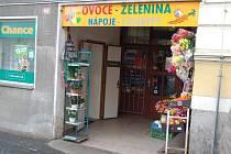 Prodejna ovoce a zeleniny v domažlické Poděbradově ulici u přechodu k autobusovému nádraží, kde ve středu došlo k přepadení.