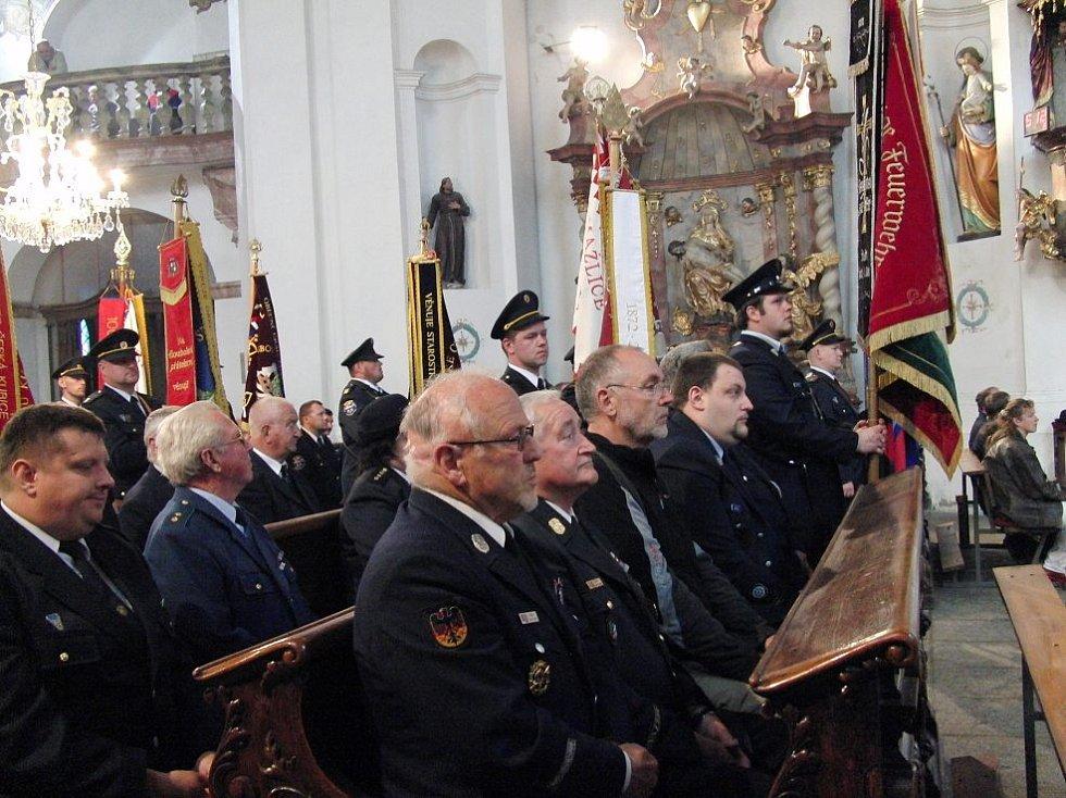 Z průvodu a mše na počest patrona hasičů sv. Floriána v Domažlicích.