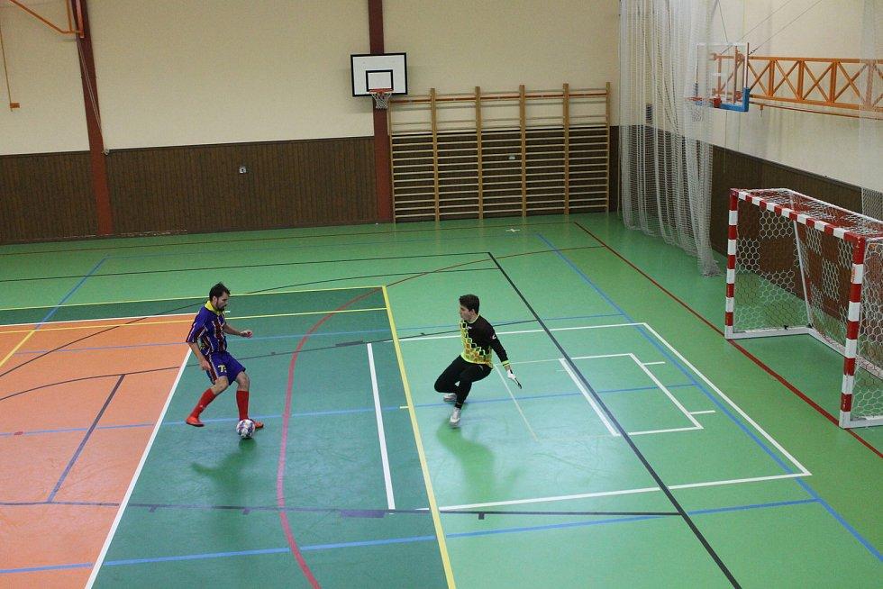 SK Bomber Domažlice (v modrém) - FC Dynamo Horšovský Týn (ve žlutém) 4:1 (3:0).