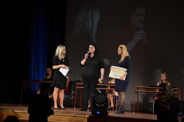 Šek předávala ředitelka festivalu Judita Soukupová (vpravo) ředitelce nadačního fondu Lence Klasnové (uprostřed).