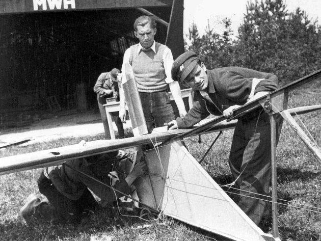 Takle to všechno začalo: U holýšovského hangáru při demontáži kluzáku ŠK – 38 v květnu 1945.