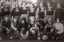 Ženský tým Dukly Domažlice z přelomu 60. a 70. let minulého století.