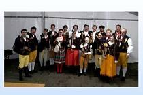 Skupina dudáků zpestřila slavnost v Plzni. Daniel Dřímal je první zleva.