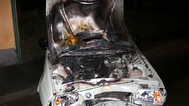 Vůz se po nárazu do domu vzňal, požár uhasili dvěma kbelíky vody lidé z nabouraného domu.