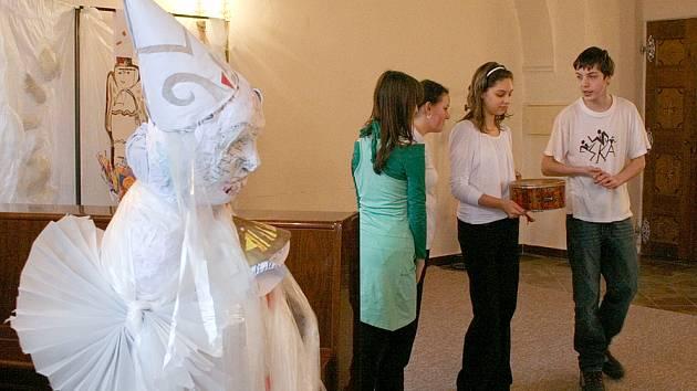 Socha v popředí představuje ´Sněžného dědka´. Figuru vytvořili studenti výtvarného oboru ZUŠ Domažlice pod vedením Jany Šlechtové.