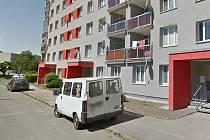 Některá auta parkují na sídlišti PMV na chodnících.