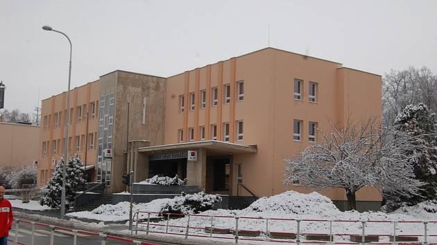 Zateplená městská budova v ulici U Nemocnice.