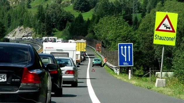 Řada našinců míří na dovolenou do Chorvatska. Tento pohled nemá nikdo z nich rád.