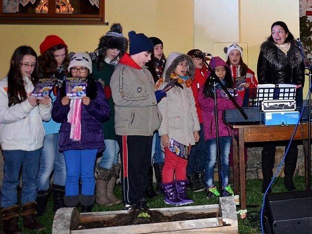 Ze zpívání koled v Bělé.