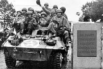 Příjezd amerických vojáků do Kolovče a detail pamětní desky.