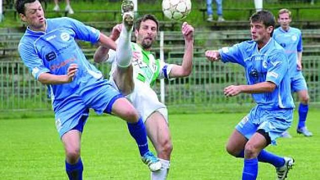 PÁTÁ VÝHRA V ŘADĚ. Chomutovští fotbalisté (v bílo zelené kombinaci) přehráli Roudnici nad Labem.