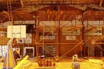 Takhle to v hale vypadalo koncem minulého roku. Příští týden se do ní opět vrátí dělníci.