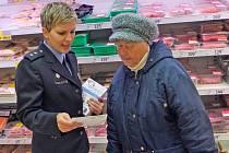 Policejní mluvčí Dagmar Brožová seznamuje zákaznici s radami, jak se v obchodech bránit kapsářům.