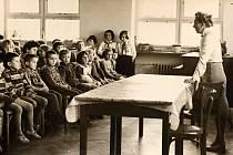 Věra Roučková (sestra J. Fučíka) navštívila školu v Horšovském Týně v roce 1960.