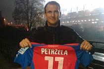 FERENC RÓTH pózuje před plzeňskou Doosan Arenou s dresem Milana Petržely, který teď hraje za Slovácko.