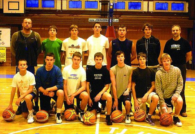 Mladí basketbalisté Jiskry Domažlice na soustředění.