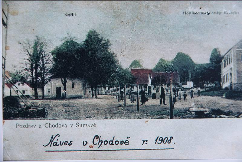 Takto vypadala náves v Chodově v roce 1908.