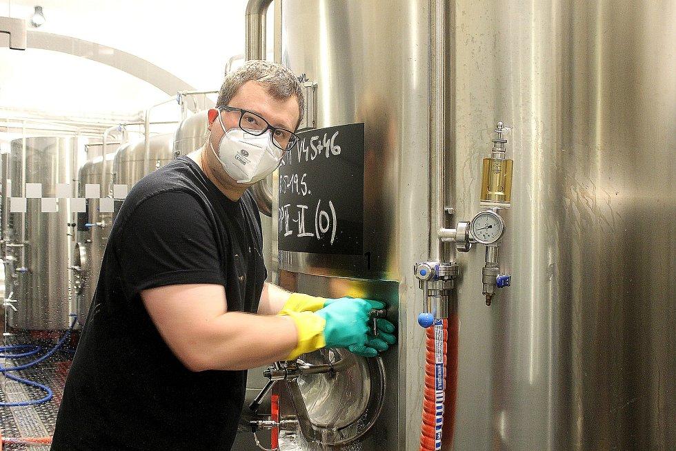 Sládek Městského pivovaru Domažlice David Bierhanzl kontroluje pivní tank.
