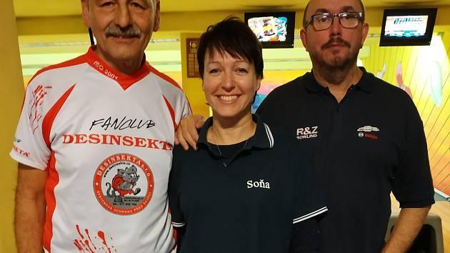 Bowlingový pár (zprava) Robert Babor a Soňa Bušková je zatím po třetím kole ´Zlaté kuželky´ čtvrtý ve smíšených dvojicích. Babor je však s Janem Pachlem průběžně druhý celkově a Bušková dokonce s Radkou Pachlovou vede kategorii žen.