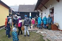VELIKONOČNÍ TRADICE se udržuje v Libkově dodnes. Koledníků zde bylo skutečně hojně.