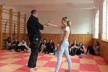 Policisté ukázali mladým dívkám, jak se bránit